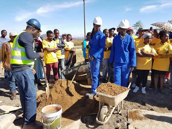 Unemployed youth in the Eastern Cape can volunteer for the Youth Build Programme to gain construction industry skills. (Photo: Eastern Cape Department of Human Settlements)