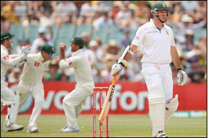 Graeme Smith will lead the South African test team when they meet their old rivals Australia on the field this month.